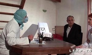 Glacial vieille mariee se fait defoncee le cul chez le gyneco en triptych avec le mari