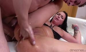 Entertaining brunette squirts unending at near fierce pussy pounding
